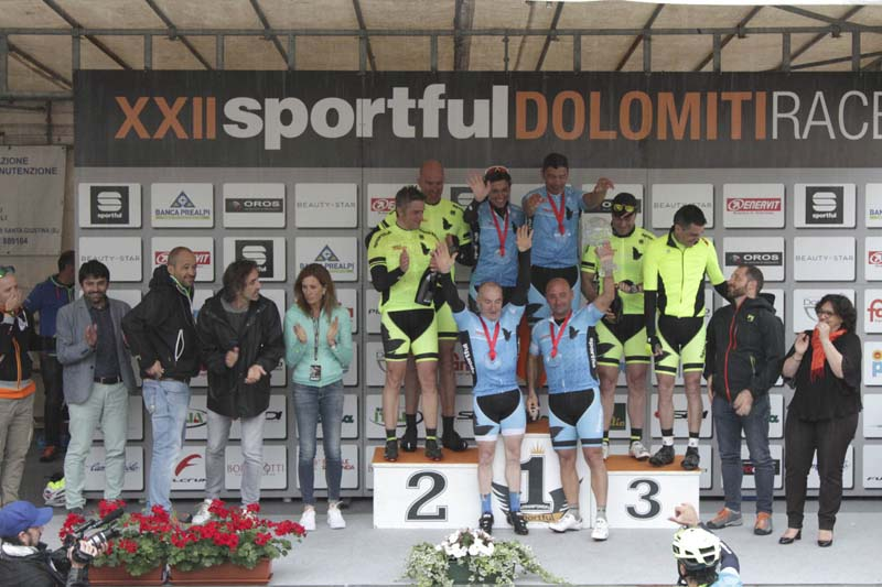 Olimpionici sul podio della Staffetta olimpica