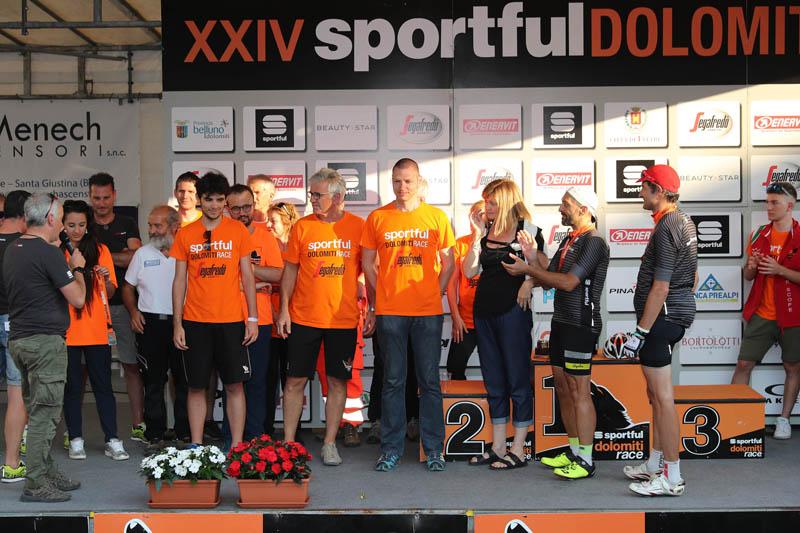 Arrivo e premiazione della Maglia Nera per gli ultimi concorrenti arrivati